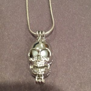 Skull pearl pendant